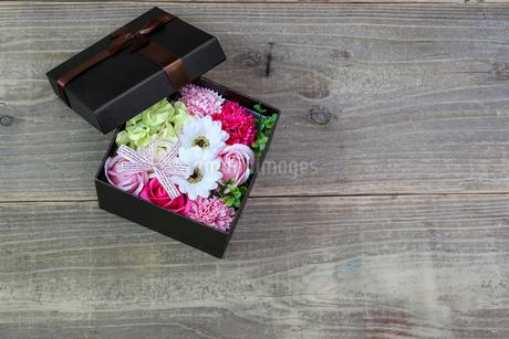 ギフトボックスにいれた造花の写真素材 [FYI02987483]