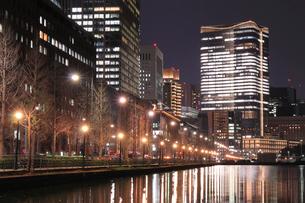 日比谷通りの夜景の写真素材 [FYI02987580]