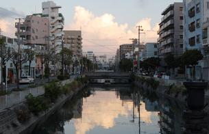 川にビルと雲が反射する都会の写真素材 [FYI02987592]