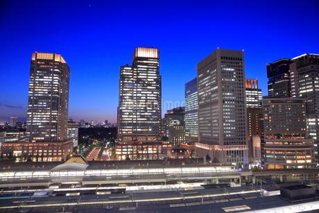 東京駅と丸の内の高層ビル群の夜景の写真素材 [FYI02987735]