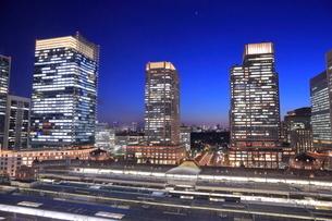 東京駅と丸の内の高層ビル群の夜景の写真素材 [FYI02987741]