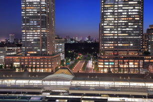 東京駅と丸の内の高層ビル群の夜景の写真素材 [FYI02987746]