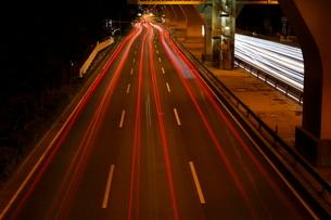 夜の国道の俯瞰と光跡の写真素材 [FYI02987748]