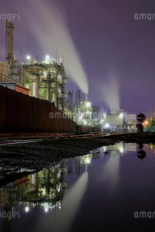 水面に反射する工場夜景の写真素材 [FYI02987757]