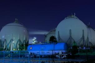 ガスタンクの工場夜景の写真素材 [FYI02987801]