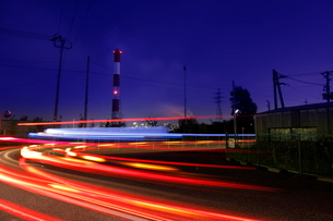 光跡と工場夜景の写真素材 [FYI02987934]