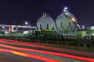 ガスタンクの工場夜景と光跡の写真素材 [FYI02987958]