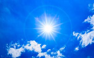 青空と太陽と雲1の写真素材 [FYI02988224]