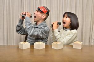 恵方巻を食べる親子(節分)の写真素材 [FYI02988280]