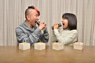 恵方巻を食べる親子(節分)の写真素材 [FYI02988283]