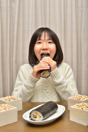 恵方巻を食べる女の子(節分)の写真素材 [FYI02988288]