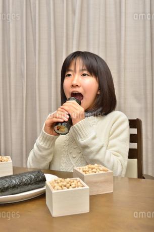 恵方巻を食べる女の子(節分)の写真素材 [FYI02988290]