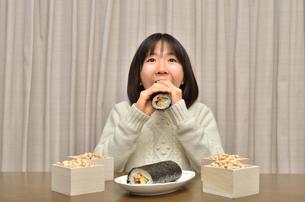 恵方巻を食べる女の子(節分)の写真素材 [FYI02988291]