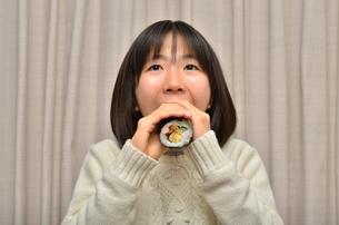 恵方巻を食べる女の子(節分)の写真素材 [FYI02988292]
