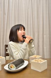 恵方巻を食べる女の子(節分)の写真素材 [FYI02988295]