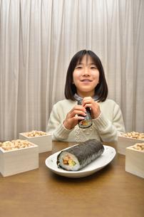 恵方巻を食べる女の子(節分)の写真素材 [FYI02988298]