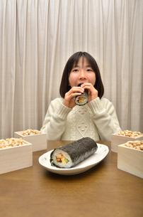 恵方巻を食べる女の子(節分)の写真素材 [FYI02988299]