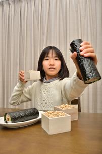 恵方巻を食べる女の子(節分)の写真素材 [FYI02988302]