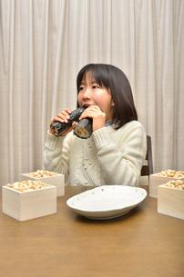 恵方巻を食べる女の子(節分)の写真素材 [FYI02988305]