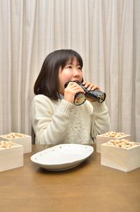 恵方巻を食べる女の子(節分)の写真素材 [FYI02988306]