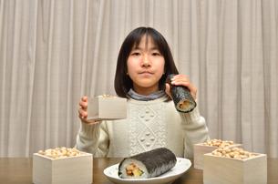 恵方巻を食べる女の子(節分)の写真素材 [FYI02988309]