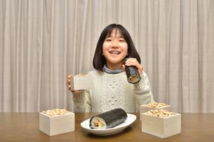 恵方巻を食べる女の子(節分)の写真素材 [FYI02988310]