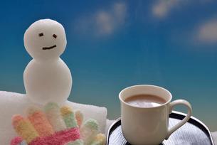 冬のイメージ雪ダルマとホットココアの写真素材 [FYI02988327]