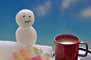 冬のイメージ雪ダルマとホットココアの写真素材 [FYI02988328]