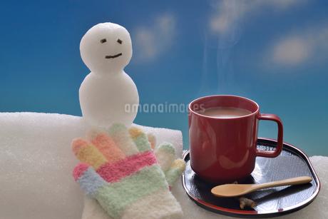 冬のイメージ雪ダルマとホットココアの写真素材 [FYI02988329]