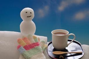 冬のイメージ雪ダルマとホットココアの写真素材 [FYI02988330]
