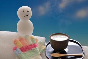 雪ダルマと甘酒の冬イメージの写真素材 [FYI02988332]