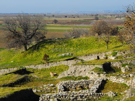 シュリーマンによって発見されたトロイ遺跡(トロイの考古遺跡として世界遺産に選定されるイリオス遺跡) の写真素材 [FYI02988385]