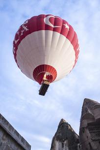 飛行中の熱気球を下から見るの写真素材 [FYI02988411]