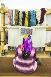 トルコ絨毯の手織り風景の写真素材 [FYI02988415]