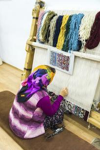 トルコ絨毯手織り風景の写真素材 [FYI02988416]