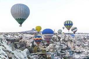 奇岩群の上を飛行する複数の熱気球の写真素材 [FYI02988445]