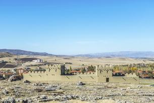 丘陵地を背景に見るハットゥシャ遺跡復元された城壁の写真素材 [FYI02988450]