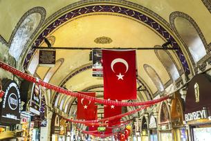 沢山のトルコ国旗が吊るされたグランド・バザールのアーチ天井風景の写真素材 [FYI02988454]