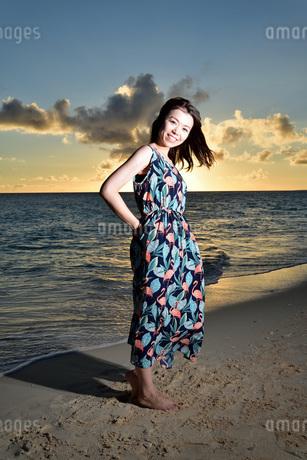 宮古島/夕景のビーチでポートレート撮影の写真素材 [FYI02988596]