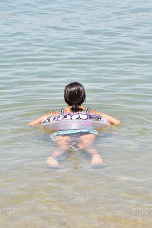 海水浴を楽しむ女の子(後姿)の写真素材 [FYI02988682]