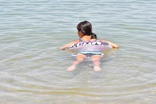 海水浴を楽しむ女の子(後姿)の写真素材 [FYI02988683]