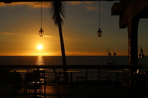 Sunset at the barの写真素材 [FYI02988753]
