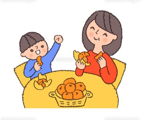 みかんを食べる親子のイラスト素材 [FYI02988773]