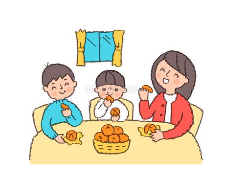 みかんを食べる親子のイラスト素材 [FYI02988781]