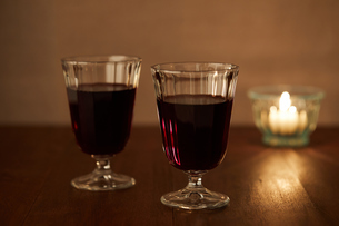キャンドルと赤ワインの写真素材 [FYI02988797]