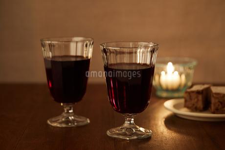 キャンドルと赤ワインの写真素材 [FYI02988798]