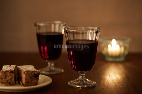 キャンドルと赤ワインの写真素材 [FYI02988801]