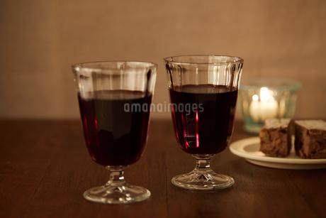 赤ワインとキャンドルの写真素材 [FYI02988804]