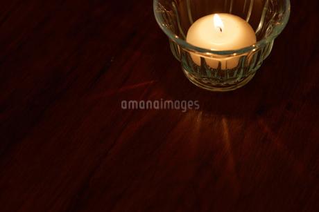 冬の夜のキャンドルの写真素材 [FYI02988805]