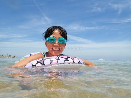 海水浴を楽しむ女の子(青空)の写真素材 [FYI02988835]